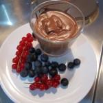Rezept: Zartbitter-Schokoladen-Whisky-Mousse mit Johannis- und Heidelbeeren