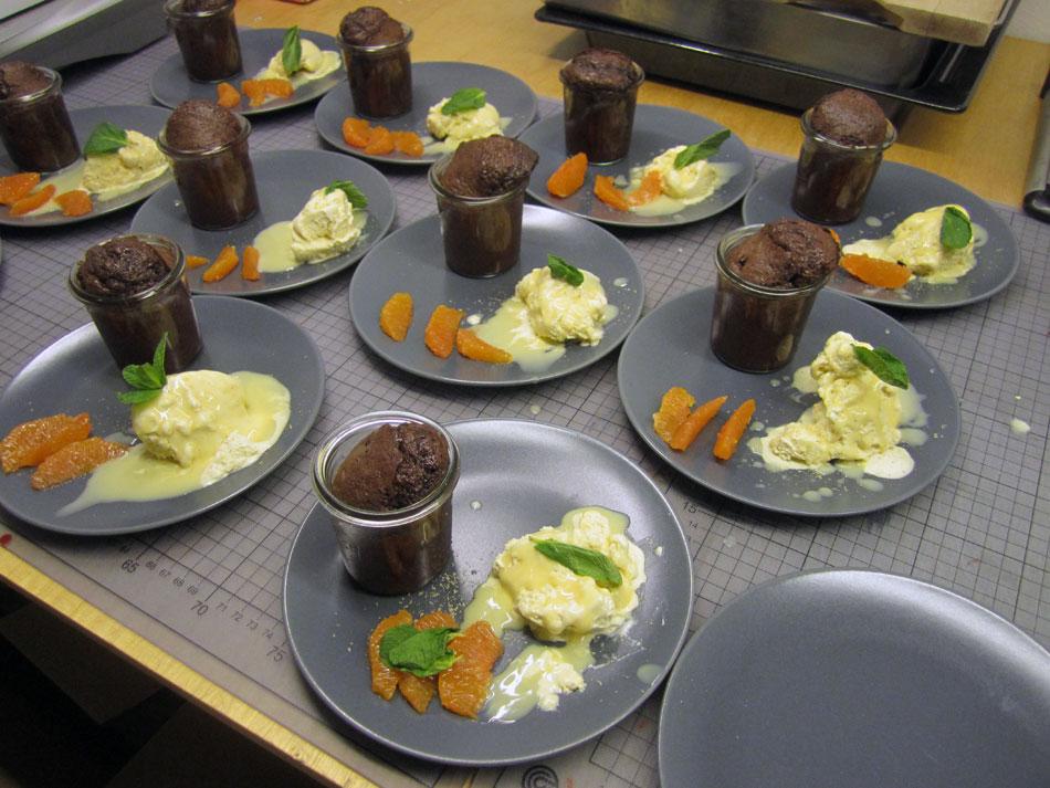 hei er schokoladenkuchen mit fl ssigem kern vanilleeis eierlik r blutorange und tonkabohne. Black Bedroom Furniture Sets. Home Design Ideas