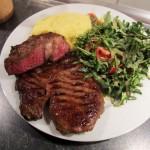 Western-Steak, Rucola-Ceasar-Salad, Polenta, Meyer-Naekel Us de la Meng & Mühlen-Kölsch