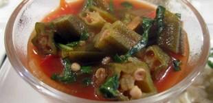 Okra-Schoten-Paprika-Tomaten-Suppe mit Feta und Basilikum