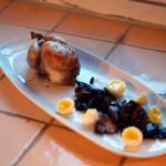 Gebratene Wachtel mit Wachtelei und Balsamico-Champignon-Zwiebeln