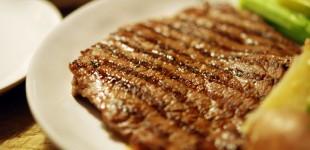 Dünne gegrillte Steaks vom Rind mit grünem Spargel, kleinen Kartoffeln und Sauce Hollandaise