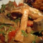 Saté-Sauce mit Shiitake-Pilzen, Paprika und Kresse mit Hühnchen auf Bohnen-Knoblauch-Püree