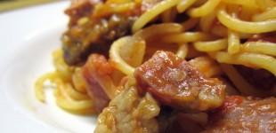Spaghetti mit scharfer Tomatensauce und Rumpsteak-Slices