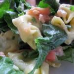 Frischer Spinat-Lachs-Tortellini-Salat mit Gorgonzola Sauce