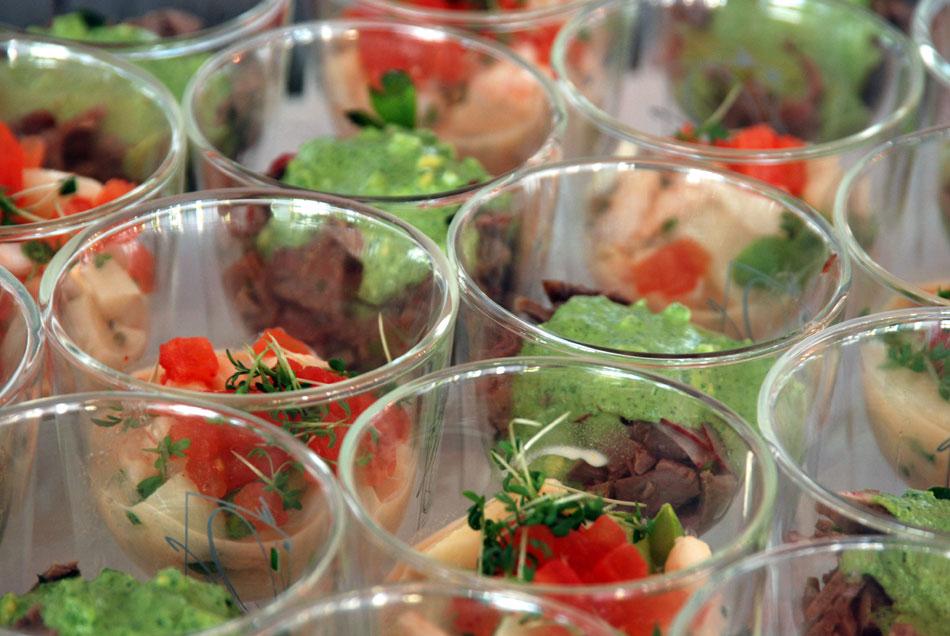 Ein kalt-warmes Buffet von Hans Stefan Steinheuer mit Fingerfood im Glas | Küchenjunge