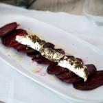 Rote-Beete-Carpaccio mit Fromage Alpilles – einem Ziegenfrischkäse mit Kräutern & Pfeffer