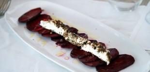 Rote-Beete-Carpaccio mit Fromage Alpilles - einem Ziegenfrischkäse mit Kräutern & Pfeffer