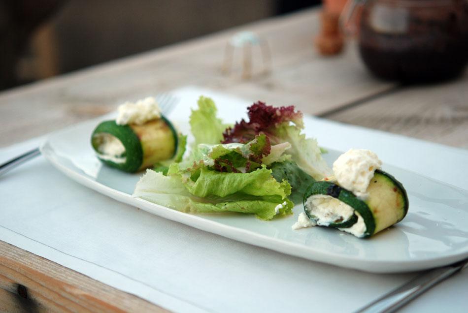 Gegrillte Zucchini Röllchen mit Ricotta-Füllung und Salat
