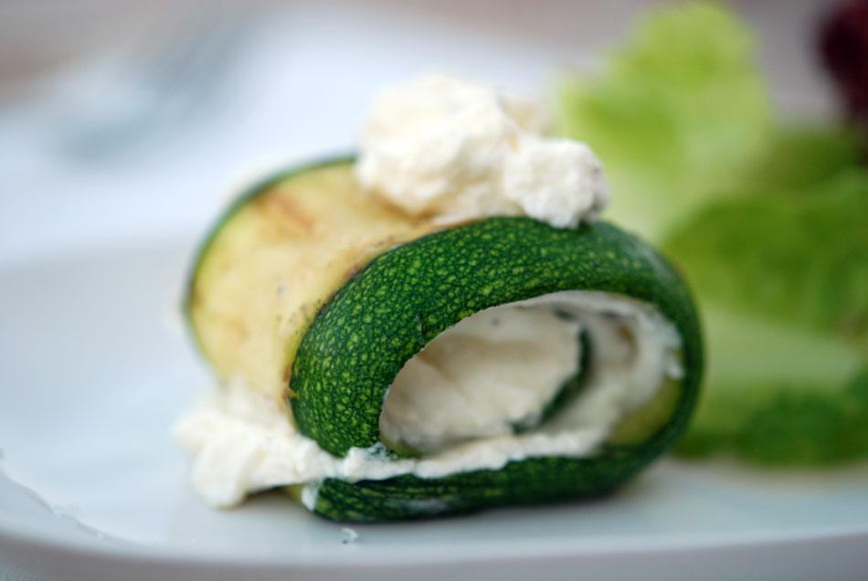 Gegrillte Zucchini Röllchen mit Ricotta-Füllung
