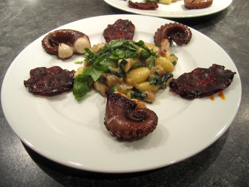 Pulpo mit Zucchini & Gnocchi an Chorizo-Chips