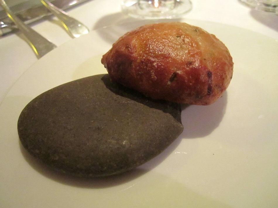 Warmes Kräuterbrötchen auf heißem Stein