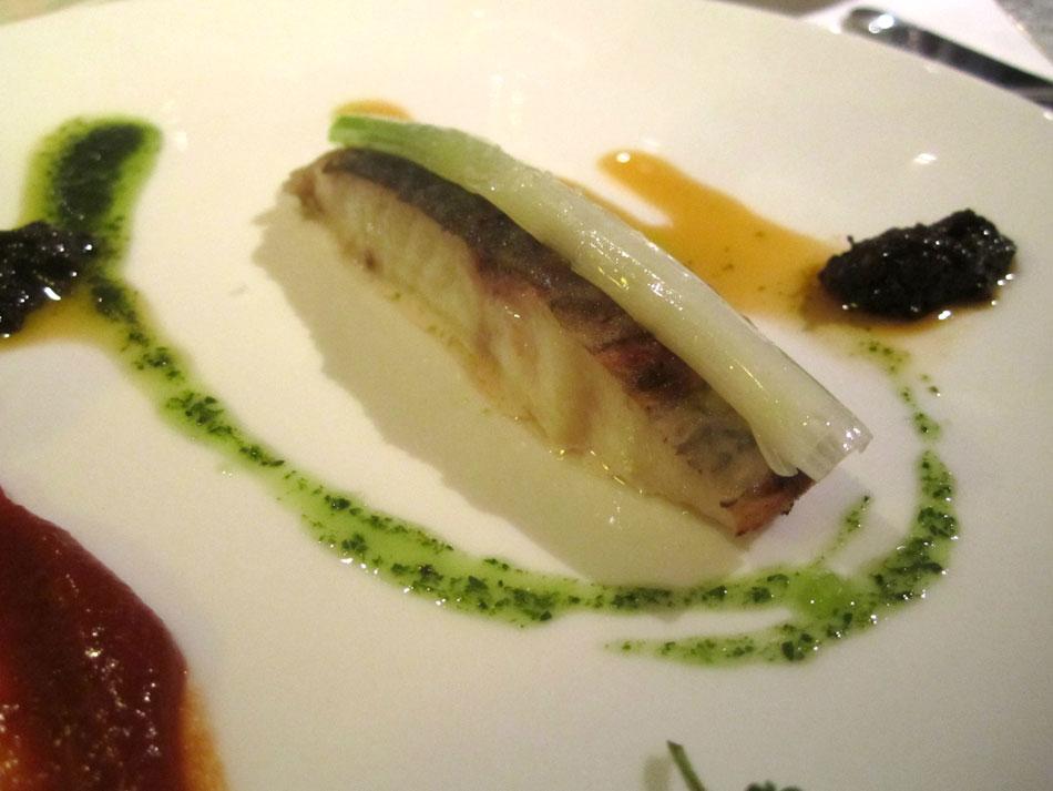 Rotbarsch aus Island, Zwiebel und Lauchzwiebel, schwarze Walnusskruste und Tomaten-Rob