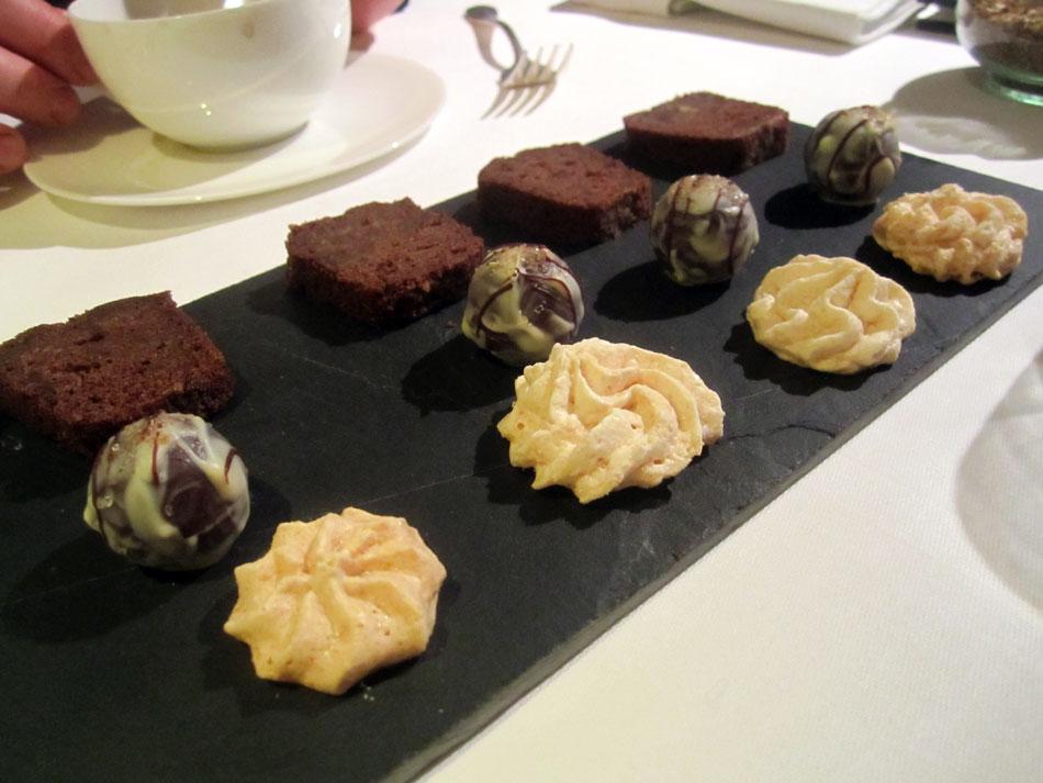 Petite Fours: Kokosmakrone, Rosmarin Praline, Espressokuchen