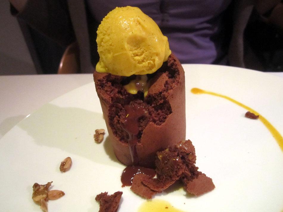 2. Dessert: Valrhona Schokoladen-Biskuit warm und flüssig in der Mitte mit Tannenspitzen, Himbeer-Sorbet und gerösteten Pinienkernen