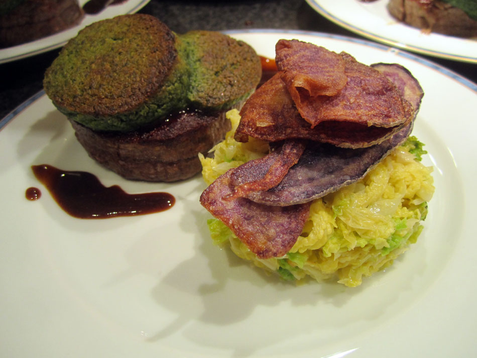Rinderfilet unter der Bärlauch-Kruste mit lila Kartoffelchips, Kalbjus und Rahm-Wirsing