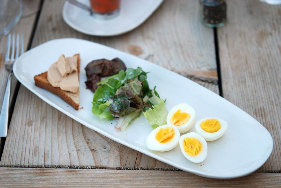 Ei und Leber vom Pintade-Huhn mit Foie-Gras und Salat-Nest