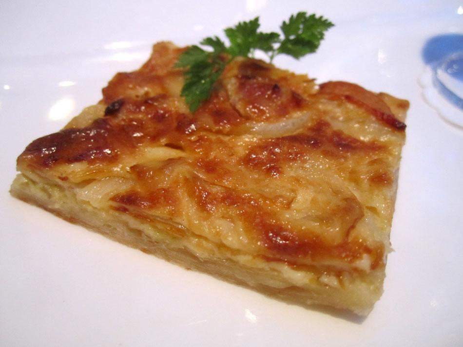 Amuse Bouche: Zwiebelkuchen mit einem Glas Federweißen