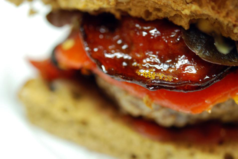 Tapasburger mit Chorizo-Chip, gegrillter Paprika und Alioi an Trüffel-Kartoffel-Wedges