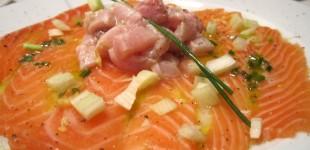 Lachs-Carpaccio mit Schwertfisch-Tatar und Zitronen-Orangen-Vinaigrette, dazu Focaccia