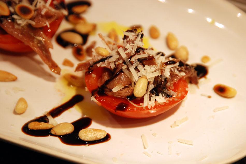 Cocktail-Tomaten gefüllt mit Sardellen, Pinienkernen und Parmesan