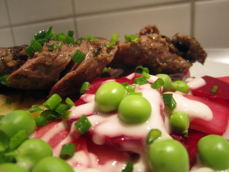 Filet vom Schaf mit Rote-Beete-Apfel-Salat, rohen frischen Erbsen und Naturjoghurt