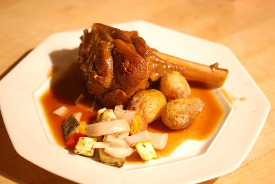 Geschmorte Lammhaxe mit Ofengemüse und Rosmarin-Kartoffeln