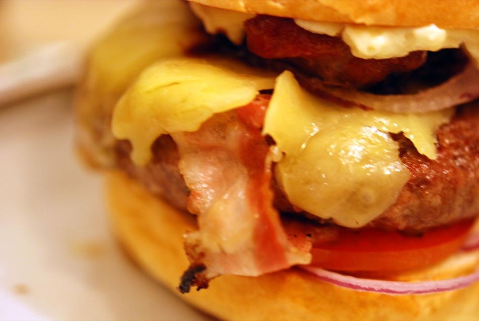 Burger von latenightblock mit Gruyère, Zwiebeln, Lardo und Bacon