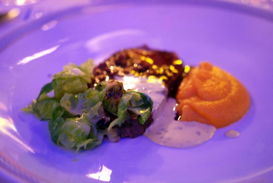 Ganzes gebratenes Roastbeef in Rotwein-Ingwer-Sauce, Süßkartoffelpürree, Rosenkohlsalat, Korianderbéarnaise - Gasthaus Kräutergarten