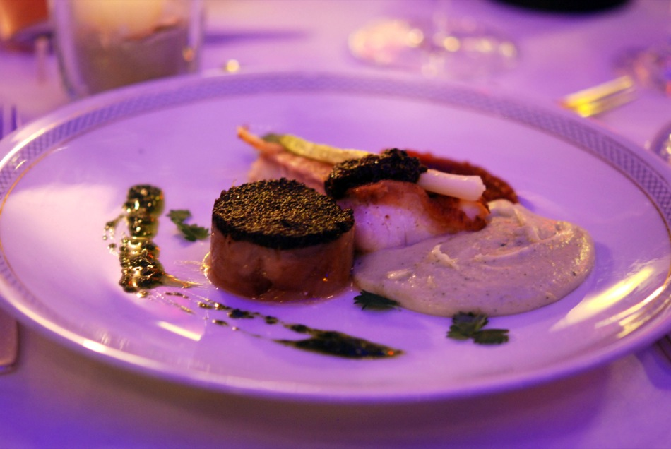 Rotbarsch aus Island, Zwiebel und Lauchzwiebel, Kruste aus schwarzen Walnüssen und Tomaten-Rob - Restaurant Vieux Sinzig