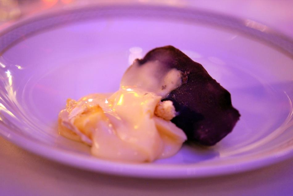 Warmer Mont D'Or Vacherin Käse mit Ahr-Trester flambiert, blaue Violotte-Kartoffel in Kräuterheu gegart - Restaurant Vieux Sinzig