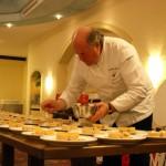 Ein Blick in die Küche: 2-Sternekoch H.S. Steinheuer schickt 300 Schichtkuchen von Wachtel & Gänseleber