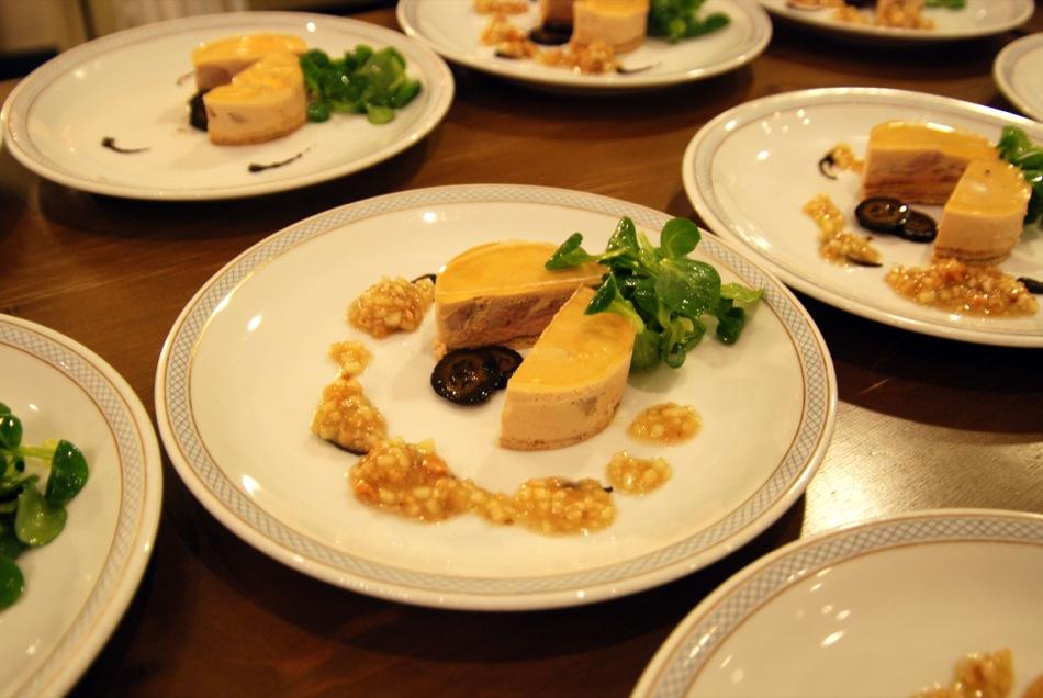 Schichtkuchen von Wachtel und Gänseleber mit Apfelvinaigrette, schwarzen Nüssen und Feldsalat