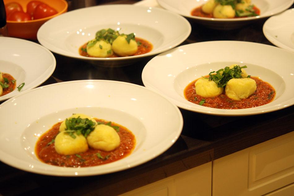 Gefüllte Gnocchi mit Rucola & Ricotta und fruchtiger Tomatensauce
