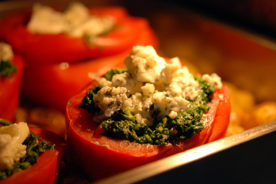 Ochsenherz-Tomaten mit Blattspinat und Roquefort gefüllt