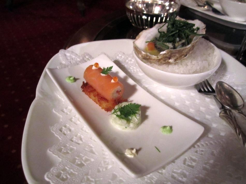 Lachsröllchen auf Rösti und eine Auster mit Holunderessig und Minze
