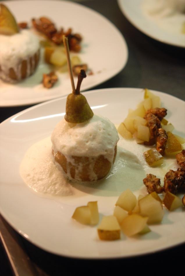 Gorgonzola-Espuma in der demontierten Birne mit karamellisierten Walnüssen und Birnen