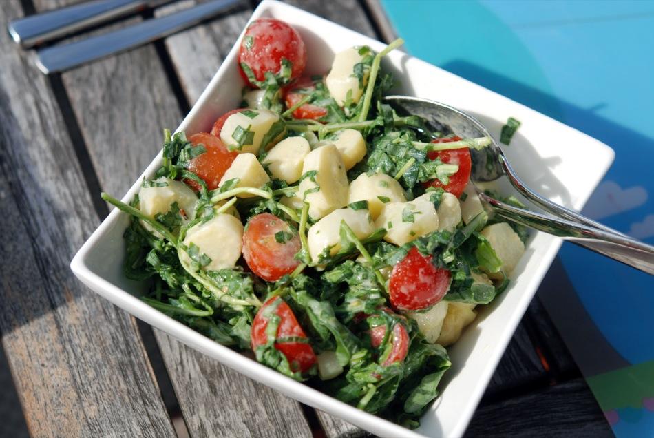 Weißer-Spargel-Salat mit Cocktaitomaten und Rucola an Senf-Ei-Vinaigrette