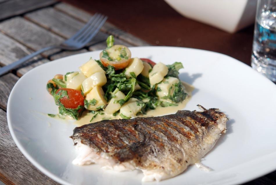 Weißer-Spargel-Salat mit Cocktaitomaten und Rucola an Senf-Ei-Vinaigrette und gegrillter Dorade