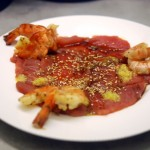 Asiatisches Fisch-Carpaccio mit rohem Thunfisch, Ingwer-Oliven-Öl und gebratenen Scampi