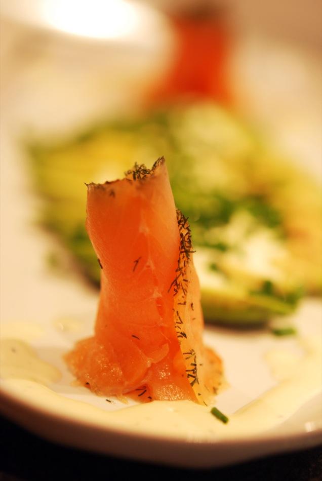 Avocado-Carpaccio mit Rosen von Graved Lachs und Creme Fraich