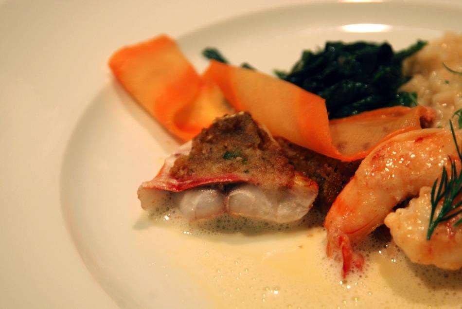 Duett von gratiniertem Rotbarbenfilet, sautierte Garnele, Weißweinschaum, Blattspinat, Risotto