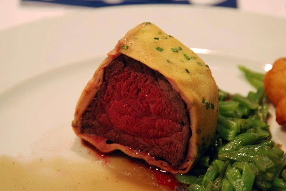Roastbeef im CrêpemanteI, gebratene Stopfleber, Portweinjus, glacierte grüne Bohnen, Dauphin Kartoffeln