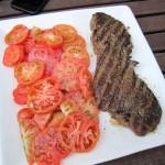 Pferde-Rumpsteak vom Grill mit Salat von Sizilianischen Tomaten