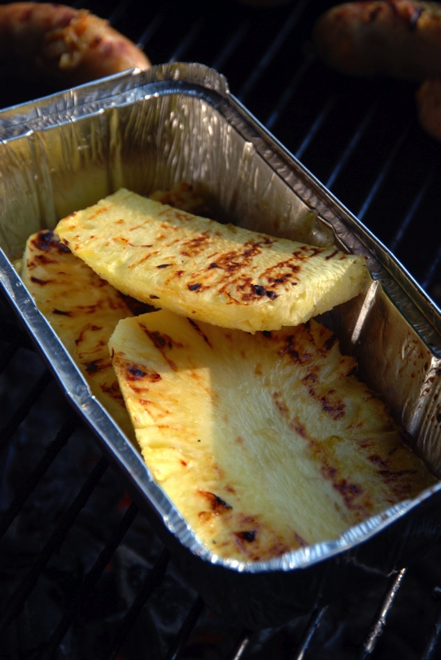 Grillwurst Arme-Ritter-Mango, flambierte Mojito-Ananas-Fritten, Kokos- und Erdbeerespuma