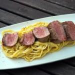 Frische Spaghetti mit schwarzen Sommertrüffeln und gebratenem Lammfilet