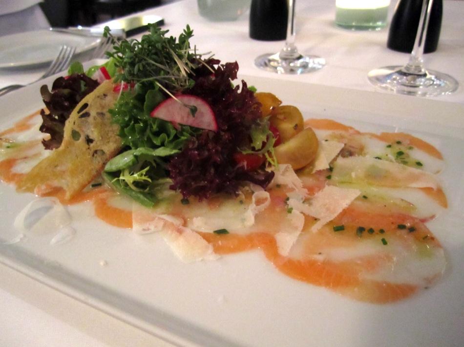 Seeteufel-Lachscarpaccio mit Vinaigrette & Kirschtomatensalat