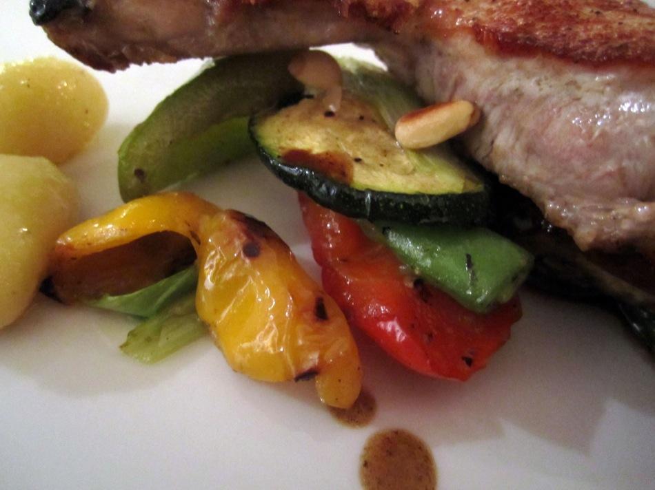 Iberico Kotelett, dazu Grillgemüse und Gnocchi