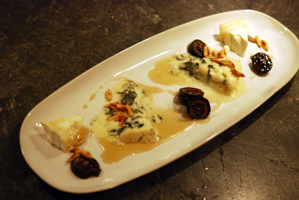 Warmer Roquefort & Ziegenkäse-Camembert mit Pinienkernen & schwarzen Walnüssen