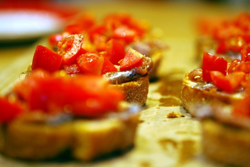 Whisky zum Aperitif? Baguett mit Anchovis, Knoblauch und Tomate